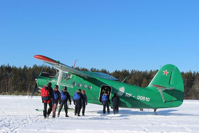 Посадка группы парашютистов в самолет