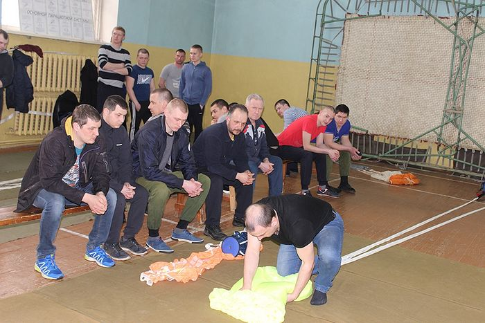 Роман Фредина с коллегами наблюдает за ходом укладки парашюта Лесник-3