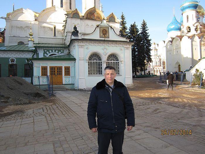 Станислав Афанасьев у Серапионовой палаты Троице-Сергиевой лавры