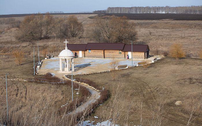 Купель и источник при храме Успения Пресвятой Богородицы села Себино. Фото Павла Смертина