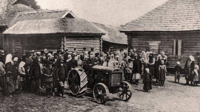 Первые трактора в советской деревне. Начало эпохи колхозов. 1925 г. Фотохроника РИА Новости