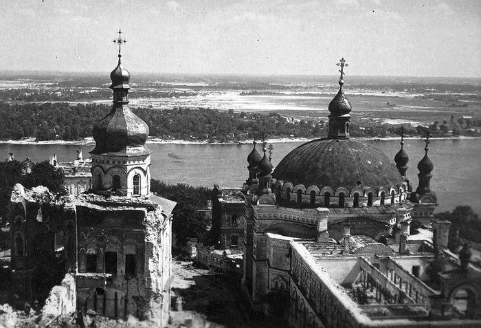 Ερείπια του Ναού Κοιμήσεως της Θεοτόκου στη Λαύρα του Κιέβου μετά τον πόλεμο