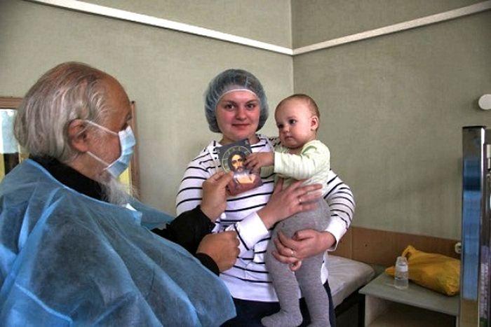 Епископ Пантелеимон во время посещения детского отделения туберкулезной клиники №2. 08.10.2013 Фото diaconia.ru