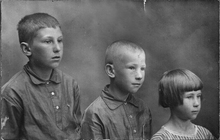Дети семьи Вознесенских, 1925 (Сергей слева)