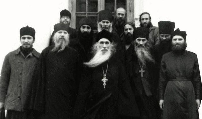 Архимандрит Кирилл (Павлов) и тогда еще схиигумен Илий (Ноздрин) с братией в Оптиной пустыни