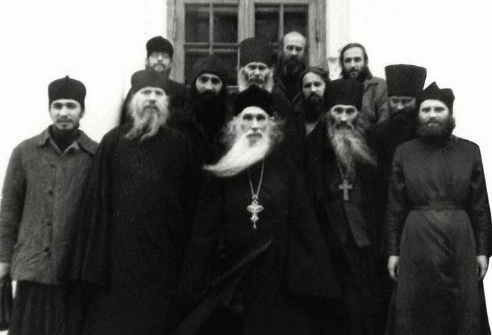 Архимандрит Кирил (Павлов) и тада још увек схиигуман Илија (Ноздрин) с братијом у Оптиној пустињи