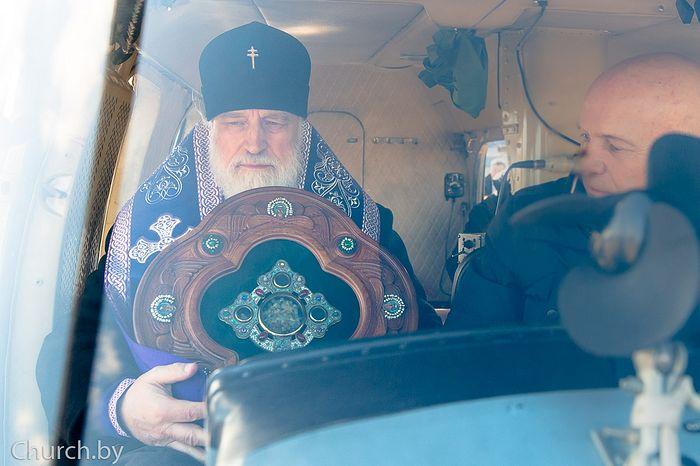 Патриарший экзарх всея Беларуси совершил молебное пение во время губительного поветрия и возглавил воздушный крестный ход