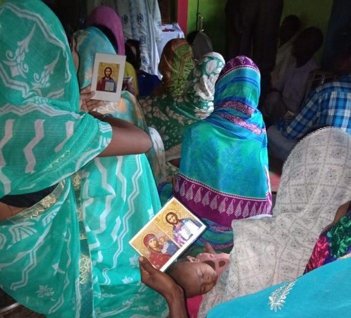 В Индии нет возможности купить богословские книги, молитвословы или иконы. Чаще всего по большим праздникам отец Климент раздает бумажные иконы прихожанам в качестве подарка.