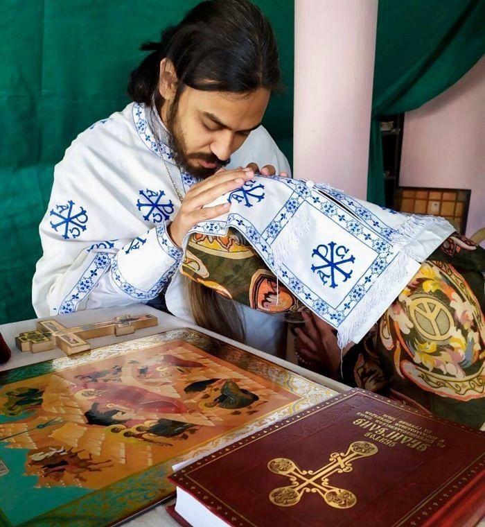 На некоторых фотографиях лица прихожан скрыты. Дело в том, что исповедовать православие в индуистской стране довольно опасно: семья и родственники могут не просто запретить одному из членов семьи посещать службы, но и поставить под угрозу его жизнь.