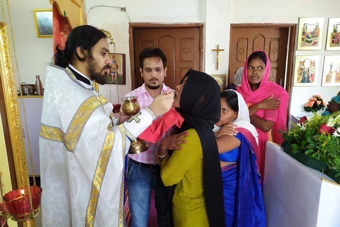 Обычно в домовую церковь о. Климента в Чандрапуре приходят только жители города, около 30 человек. Массовые богослужения проходят в арендованном у Маланкарской Церкви храме и в парке под открытом небом, где собирается от 60 до 100 верующих.
