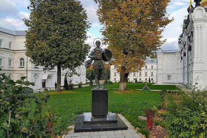 Памятник св. влкм. Феодору Стратилату на территории Богоявленско-Анастасииного кафедрального собора г. Костромы