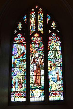 Миллениумное окно в англиканском кафедральном соборе г. Арма (любезно предоставлено настоятелем собора г. Арма)