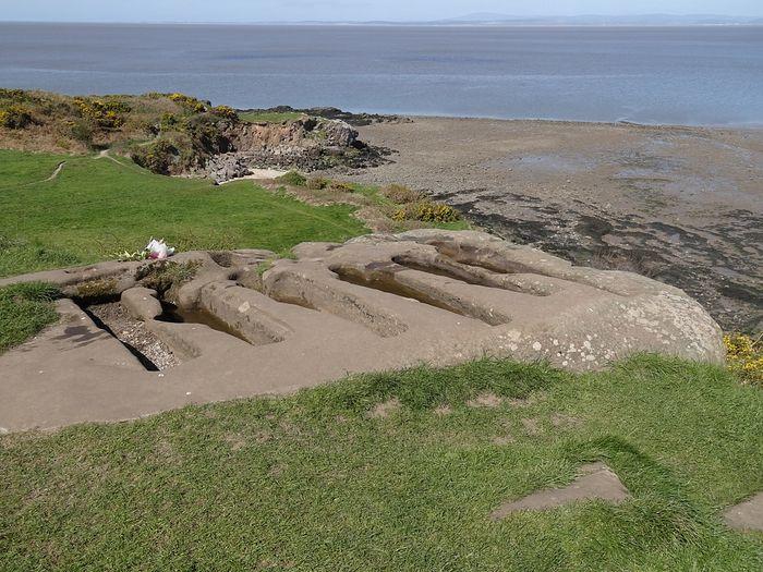 Высеченные в скале могилы рядом с часовней Свт. Патрика в Хейшаме, Ланкашир (любезно предоставлено приходом Св. Петра в Хейшаме)