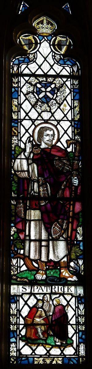 Изображение свт. Патрика на витраже в южном нефе англиканского кафедрального собора в Арме (любезно предоставлено настоятелем собора в Арме)