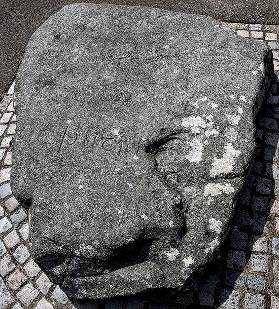 Предполагаемая могила свт. Патрика рядом с собором г. Даунпатрик, графство Даун