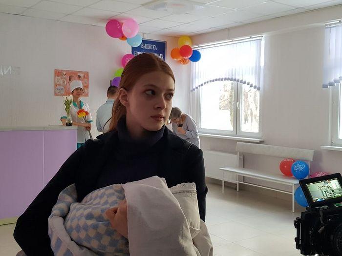 Выписка главной героини - школьницы Юли из роддома