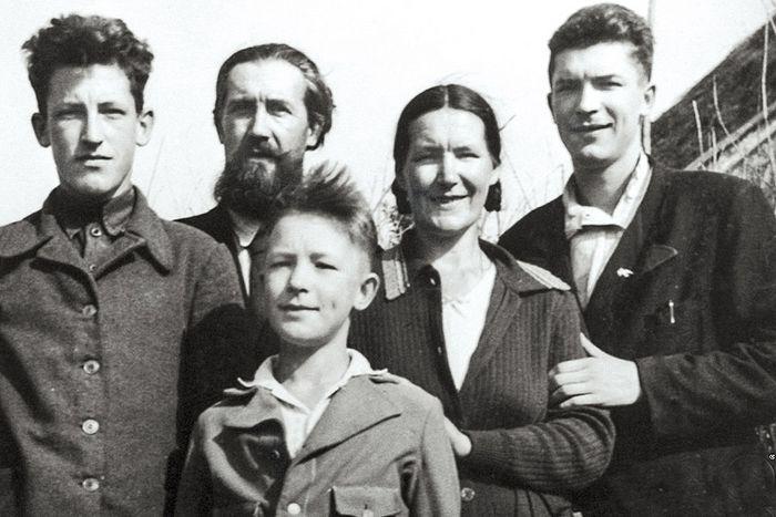 Валериан с родителями и старшими братьями, Петром и Николаем