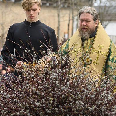 Неделя Ваий: Божественная литургия в Псково-Печерском монастыре