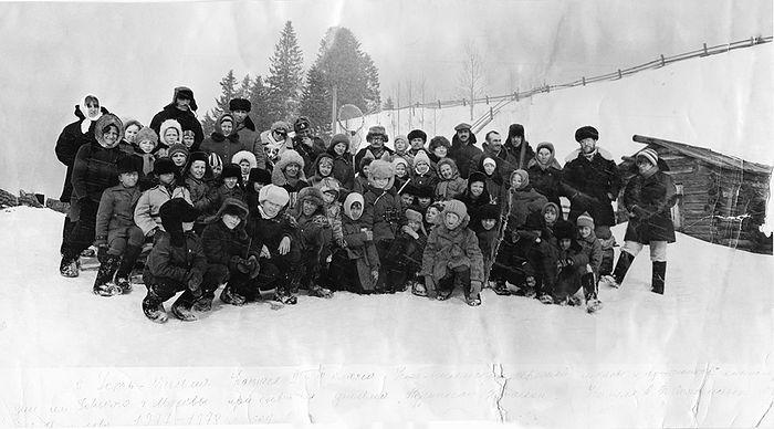 Раиса Нестерова в центре последнего ряда со своими учениками и артистами кинофильма «Недопесок Наполеон III»