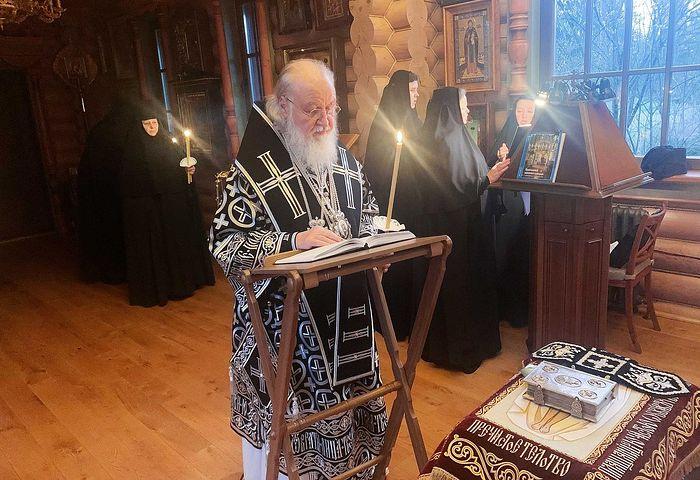 В канун Великой Субботы Святейший Патриарх Кирилл совершил утреню с чином погребения