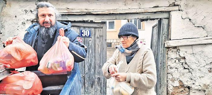 Игуман Михаило дели помоћ уочи Васкрса у Призрену (Фото Епархија рашко-призренска)