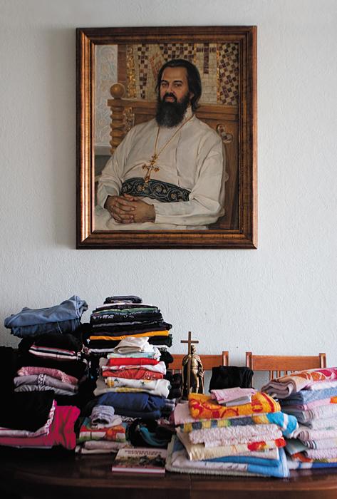 Καθάρισμα σπιτιού πριν το Πάσχα. Στον τοίχο κρέμεται το πορτραίτο του πατρός Θεοδώρου Σοκολόβ