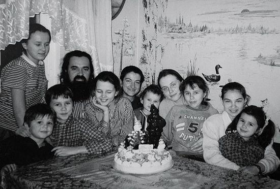 Ο Πρωθιερέας Θεόδωρος Σοκολόβ με την οικογένεια και τους φίλους