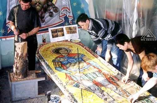 Работа над мозаичными панно храма