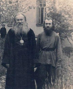 Епископ Ташкентский и Среднеазиатский Гурий с послушником Александром в саду епархиального управления