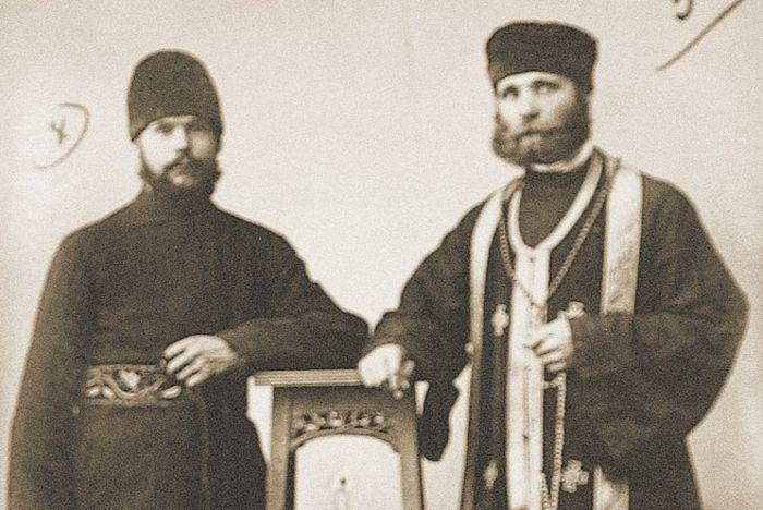 Отец Нил (слева) в Саратове, 1930 г.