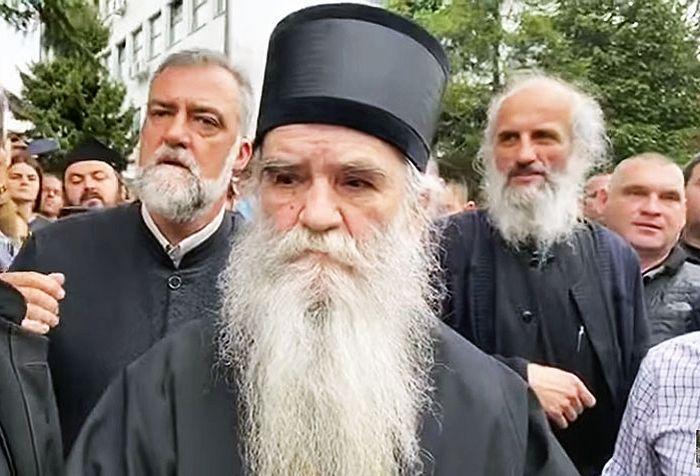 Митрополит Черногорско-приморский Амфилохий у здания суда в Никшиче