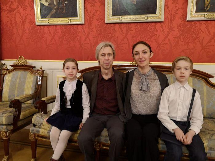 Дмитрий и Эльмира Петровы с 2-мя детьми в мэрии Москвы в день вручения им ордена «Родительская слава», 2019 год