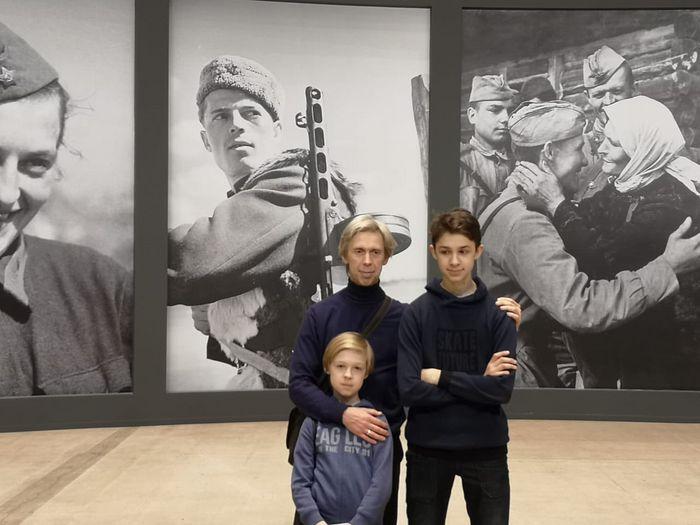 Дмитрий с 2-мя сыновьями в Манеже на выставке, посвященной Победе в Великой Отечественной войне, 2019 год