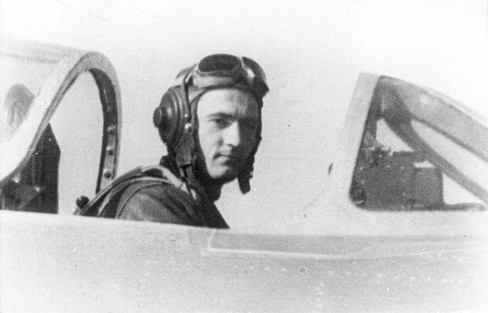 Капитан С.М. Крамаренко кабине своего МиГ-15 на аэродроме Аньдун, 1951 г.