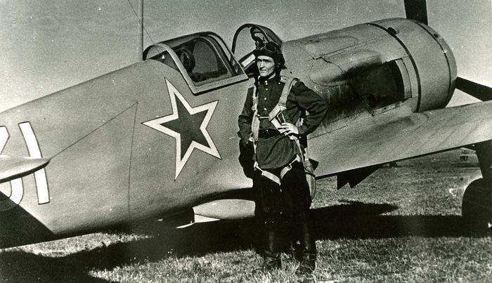 1945 год. Сергей Крамаренко рядом со своим боевым самолетом ЛА-5 на аэродроме «Теплый стан». Фото: личный архив С.М. Крамаренко