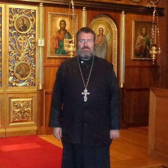 Священник Эдвард Хендерсон