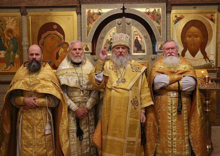 Епископ Каракасский и Южноамериканский Иоанн (Берзинь) (в центре)