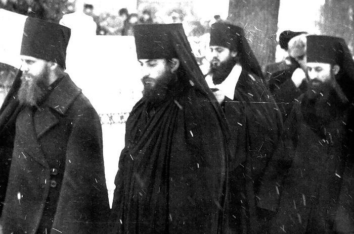 Децембар 1986. године. Тројице-Сергијева Лавра. Крајњи слева – намесник ТСЛ архимандрит Алексије (Кутепов), поред њега је јерођакон Лонгин (Корчагин). Крајњи здесна је намесник Лавре игуман Онуфрије (Березовски), данашњи Митрополит кијевски и целе Украјине