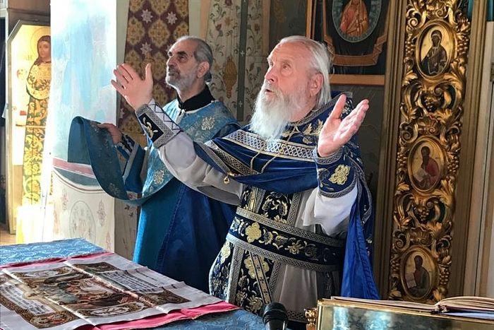 Протоиерей Георгий Бреев служит Божественную литургию