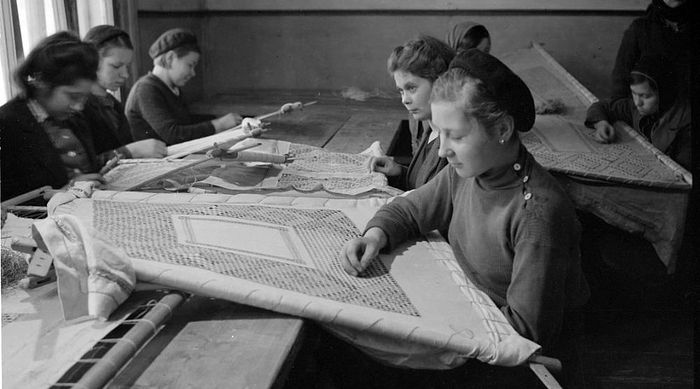 Embroiderers of Kitmir house.