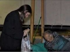 """Local priest known as """"saint of the port"""" feeds homeless every night in Piraeus, Greece (+VIDEO)"""
