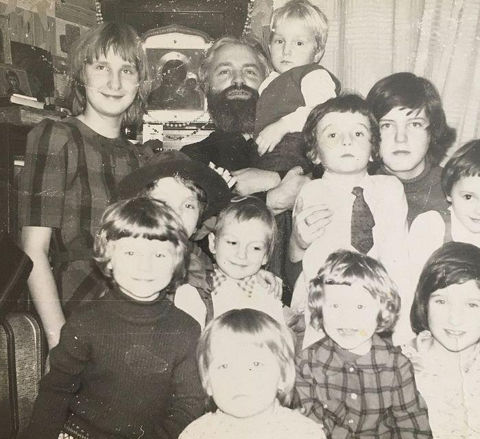 Детский мир семьи Ведерниковых. 1970-е годы. Дети, крестники. Отмечается праздник