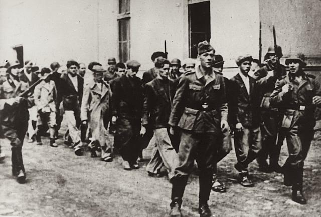 Немцы ведут жителей Крагуеваца на казнь, 21 октября 1941 года