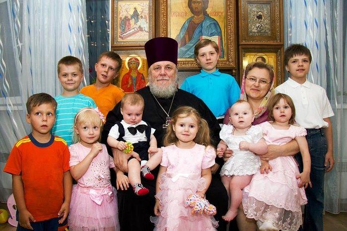 Отец Николай с матушкой Иоанной и внуками. На фото они не все - всего их 16