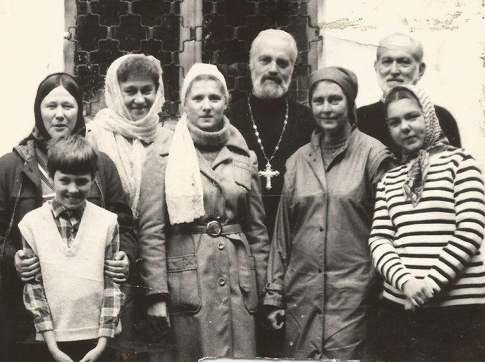 Отец Николай Ведерников и матушка Нина Аркадьевна и прихожане