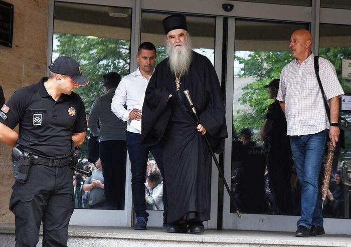 Митрополит Амфилохий выходит из Центра безопасности в Подгрице, 22 июня 2020 г.