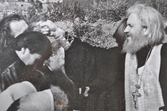 Коренная пустынь, 1990 год. Молебен у источника. Отец Исаия (Коровай) окропляет святой водой автора данной публикации журналиста Сергея Герука. Фото Александра Петрука († 2003)