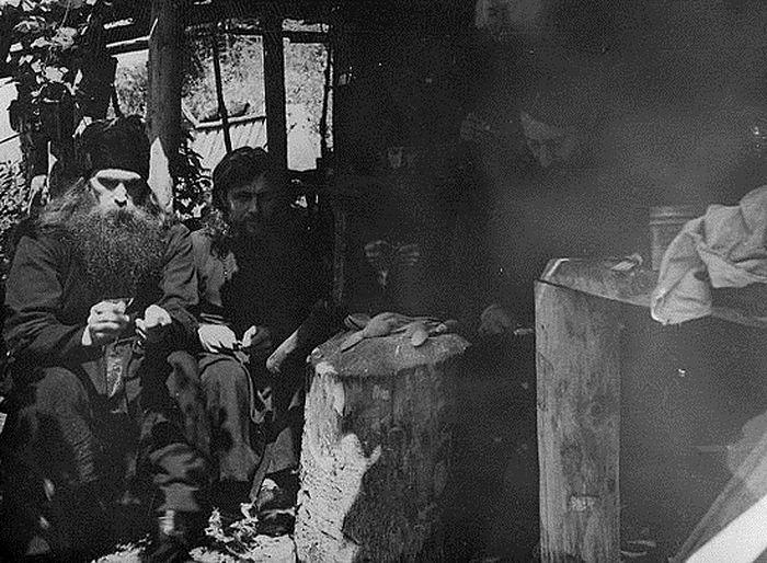 В горах Кавказа. Крайний слева иеромонах Иоанн (Маслов), рядом с ним – иеромонах Исаия (Коровай)