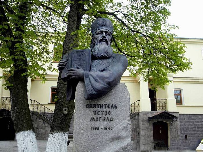 The monument to the Holy Hierarch Peter Mohyla outside the Kiev Theological Academy. Photo: np.pl.ua