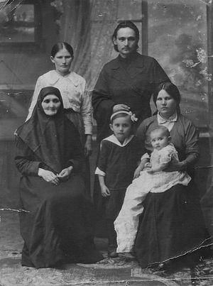 Диакон Иоанн Десницкий с женой, дочерьми, матерью и сестрой Антониной. 19 июня 1917 года. Село Коршик